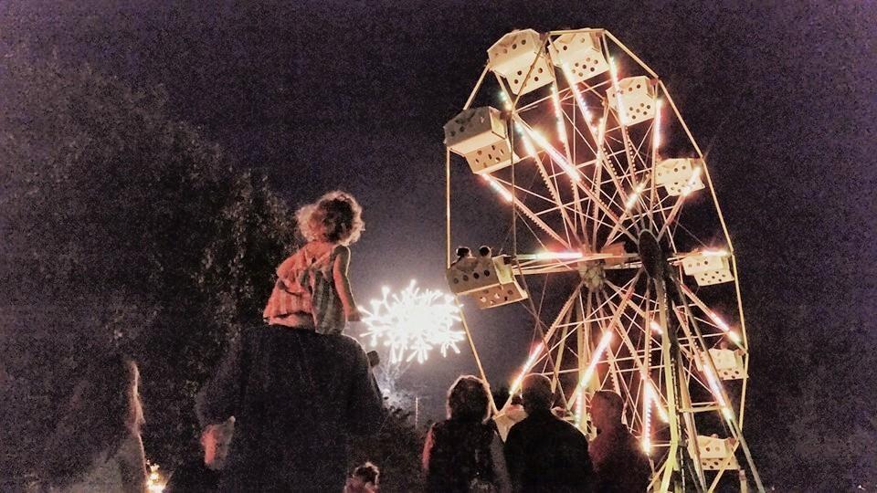 Big Round Wheel Provides Mini Size Ferris Wheel Rentals